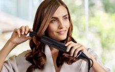 Женщина с выпрямителем для волос