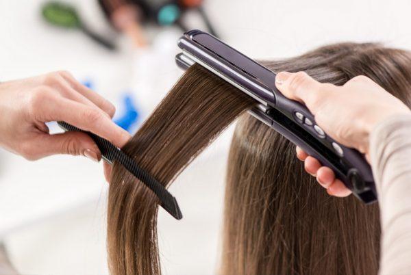 Прядь волос с расчёской и утюжком-выпрямителем