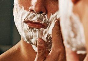 мужчина бреется электробритва