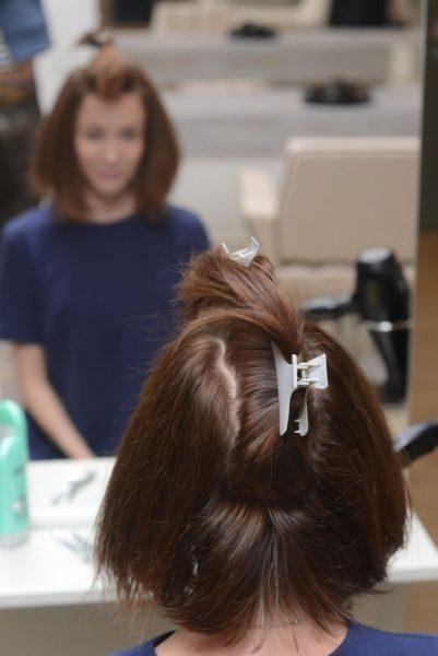 Фиксация части волос зажимами