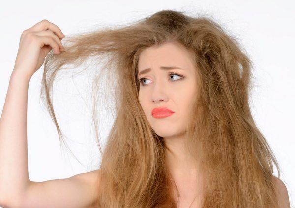Девушка недовольна видом своих волос