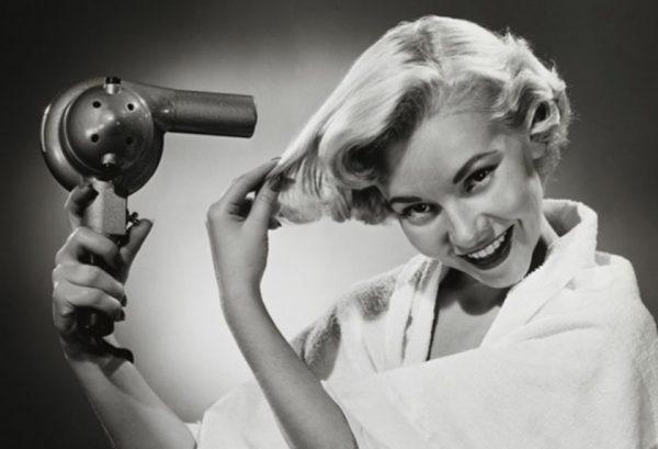 Чёрно-белое изображение женщины с феном