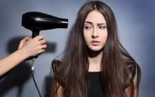 девушка с феном для волос Polaris фото