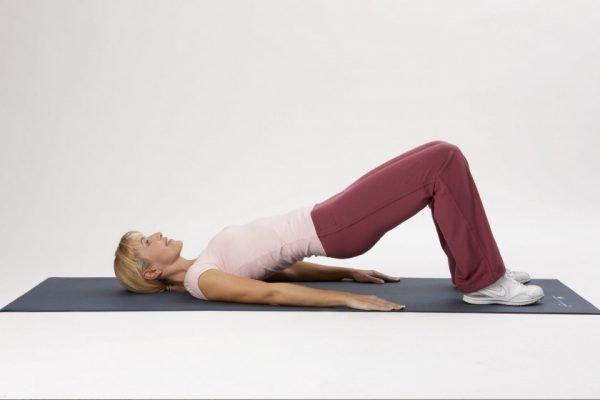Женщина делает упражнение Кегеля