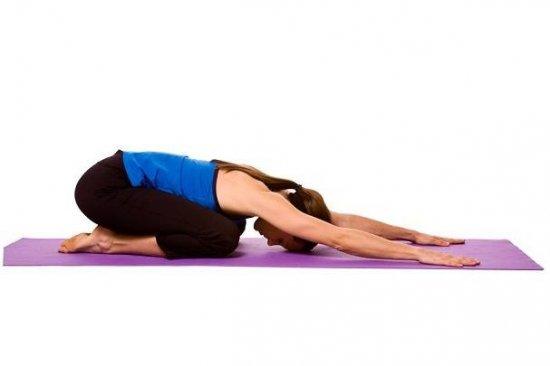 Девушка выполняет упражнение для мышц таза
