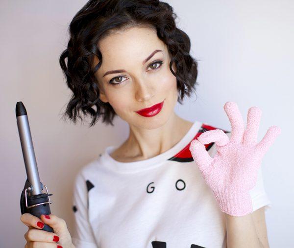Девушка с плойкой и термозащитной перчаткой