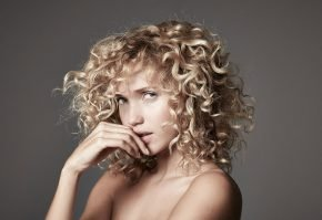 Блондинка с кудрями