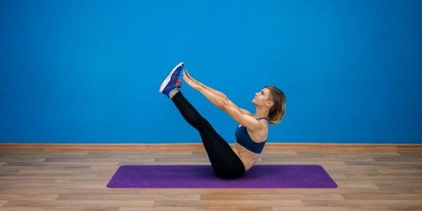 Девушка выполняет упражнение «Складка»