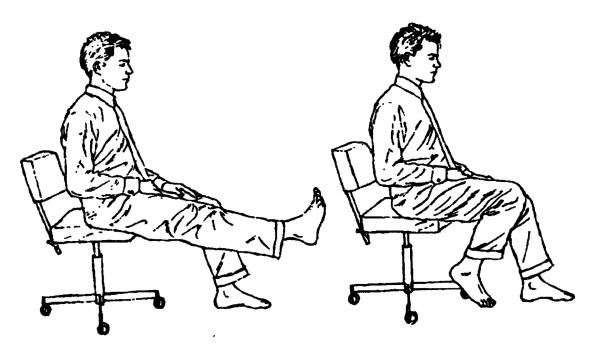 Выполнение вытягивания ног в положении сидя