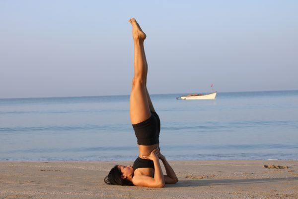 Девушка выполняет упражнение «Берёзка»