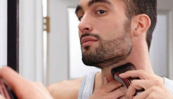Мужчина бреет шею