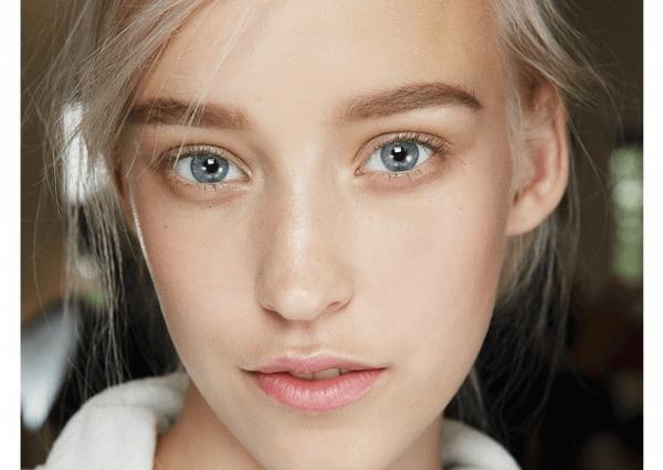 Девушка с серыми глазами и светлыми волосами