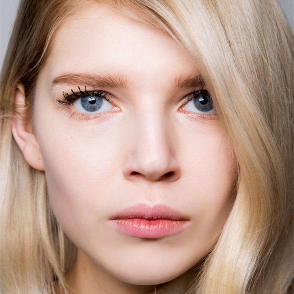 Женщина со светлыми волосами