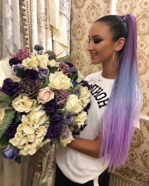 Ольга с «космическим» цветом волос