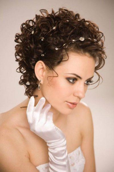 Невеста с кудрявыми волосами