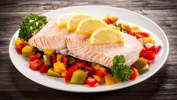 Тарелка с рыбным стейком