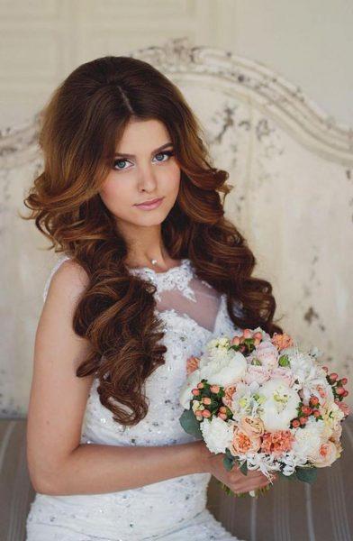 Невеста с густыми распущенными волосами