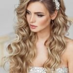 Невеста со светлыми завитыми волосами