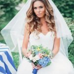 Невеста с крупными локонами под фатой