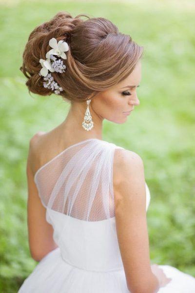 Высокая причёска с белыми цветами