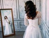 Невеста смотрит в зеркало