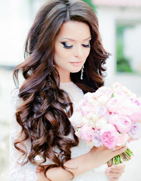 Невеста с тёмными распущенными волосами