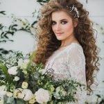 Невеста с завитыми длинными волосами