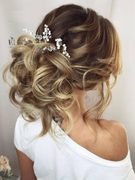 Естественно собранные волосы, закреплённые заколкой