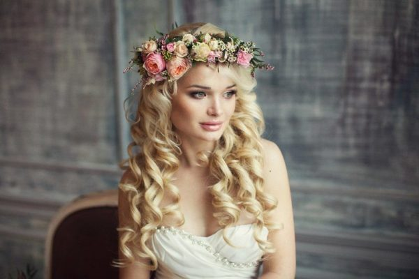 Причёска с венком из цветов