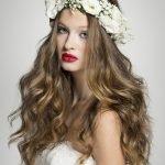 Причёска с венком из белых цветов