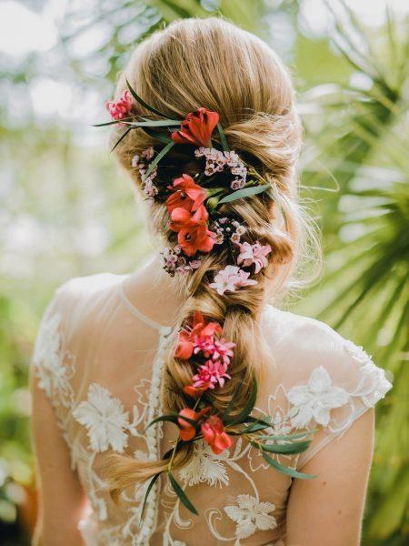 Причёска с вплетёнными цветами