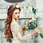 Невеста с ярким венком на голове