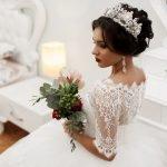 Невеста в короне с букетом в руках