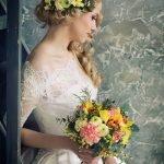 Свадебная причёска с яркими цветами