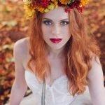 Осенний венок на рыжих волосах
