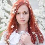 Белые цветы в рыжих волосах