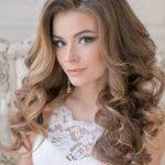 Девушка с белом платье с роскошными длинными волосами