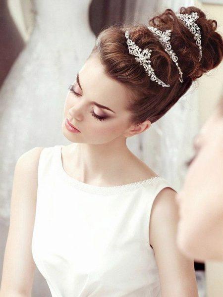 Свадебная причёска с высоким пучком и аксессуарами