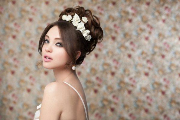 Свадебная высокая причёска с розочками