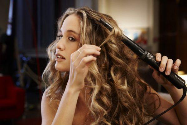 девушки завивают волосы электроприборами для укладки волос