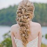 Свадебная причёска с вплетёнными веточками