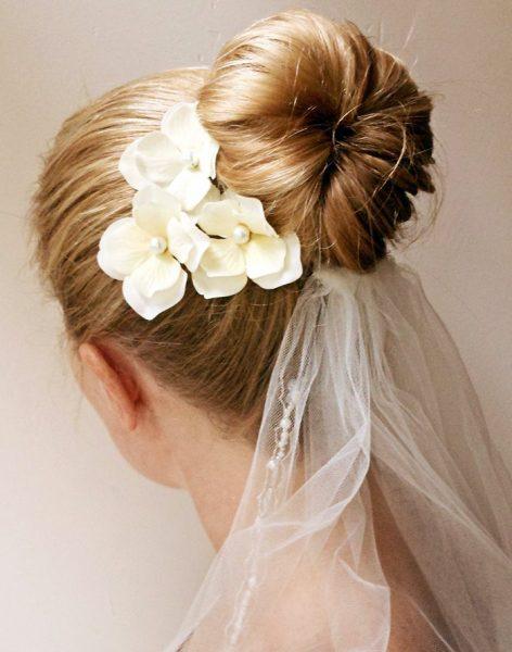Свадебная причёска с пучком и цветами