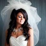 Невеста с чёрными волосами и фатой