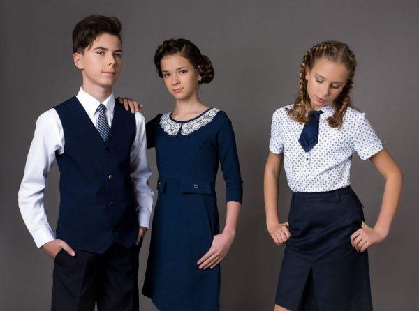 Две девочки и мальчик старших классов