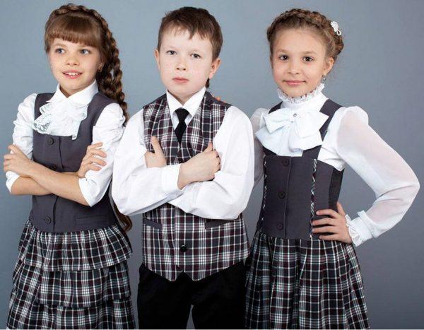 Две девочки и мальчик младших классов