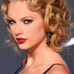 Тейлор Свифт с локонами в стиле «Ретро»