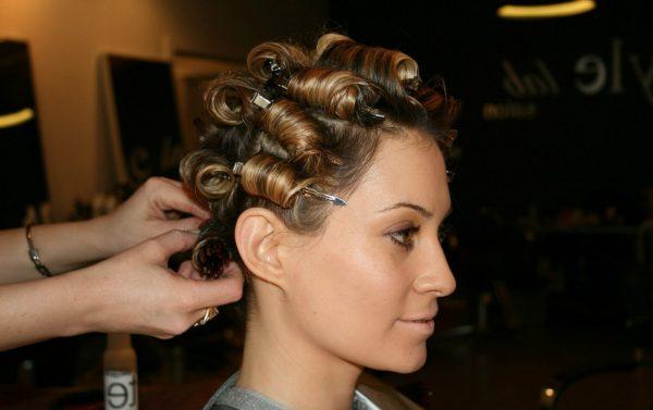 Девушке накручивают волосы