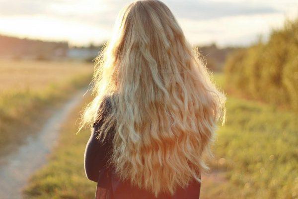 Девушка с длинными волосами на закате