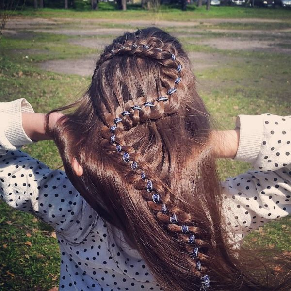Девушка с косой на распущенных волосах