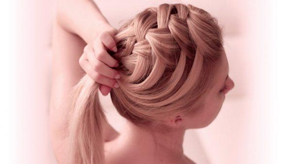 Девушка придерживает косу